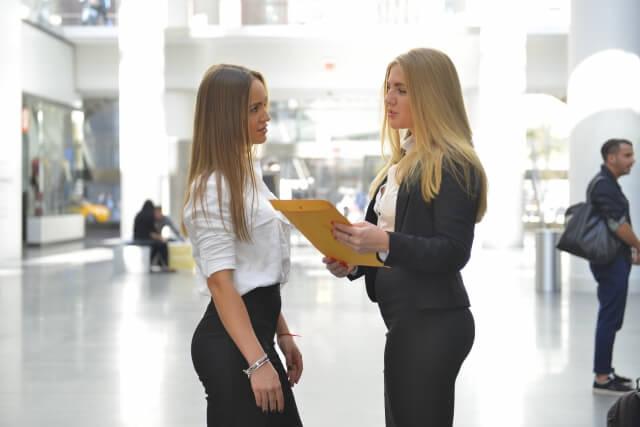 女性がスーツをクリーニングする頻度はどれぐらい?ベストなタイミングについて